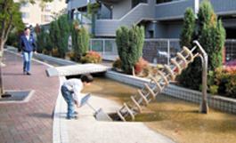 水の流れる遊歩道と渦巻きポンプ