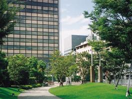 江坂公園から大同生命ビルをのぞむ