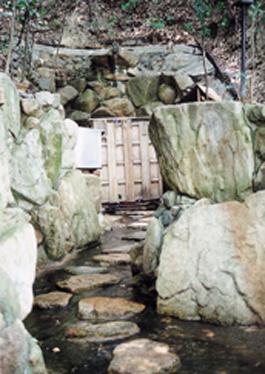 今も信仰の場である垂水の滝