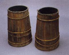 桶沓(おけぐつ) 深い湿田に入る木製の長靴(国立民族学博物館所蔵